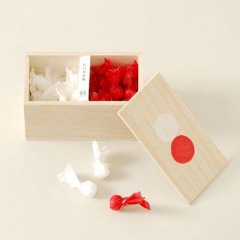 【桐箱に入った紅白寿砂糖(中川政七商店)】/ 桐箱に、紅白の紙で包んだ丸いお砂糖を入れました。お祝いや引き出物などにぴったりです。 桐箱の蓋に描かれた紅白印がポイントです。 #weddinggift #gifts