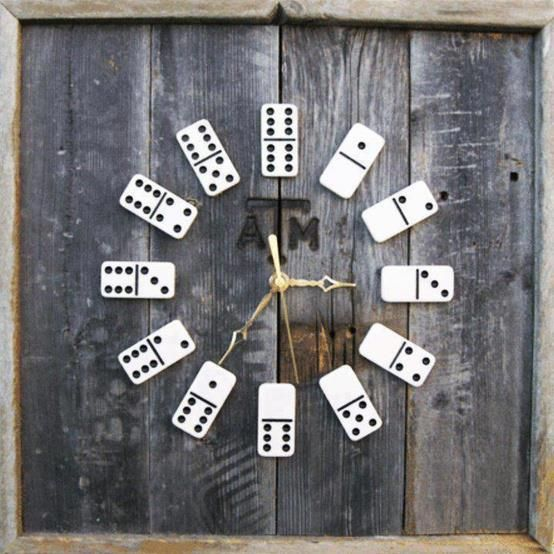 lindo y original reloj....Y si de reciclar se trata, nada mejor que hacerlo con estilo: aquí tienes una buena idea para recuperar tus viejas fichas de dominó. El fondo es de madera antigua y las agujas de un reloj común y corriente. Es decir, reutilizando bien puedes marcar un minuto de diferencia, ayudar al planeta y hasta regalar un hermoso y original reloj.