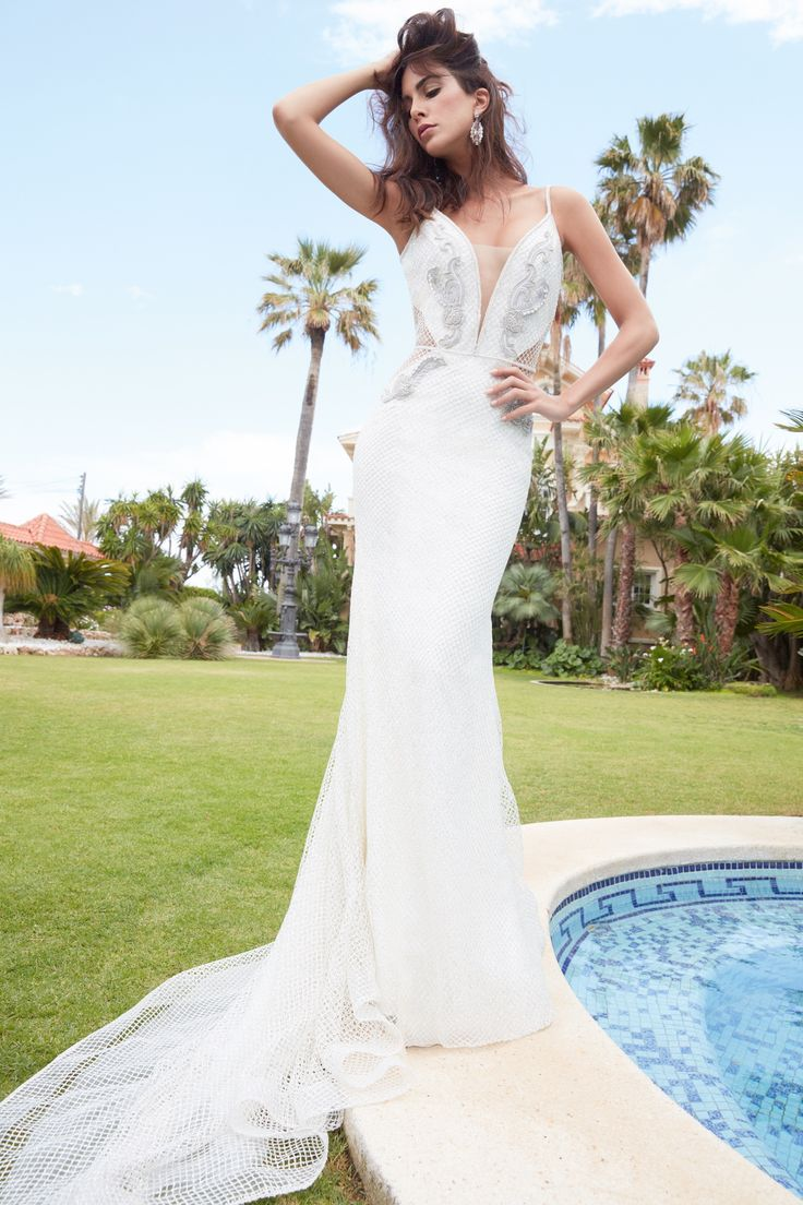 LISANDRA - Sensual mermaid wedding dress with the V neckline and silver embroidered on the bodice.