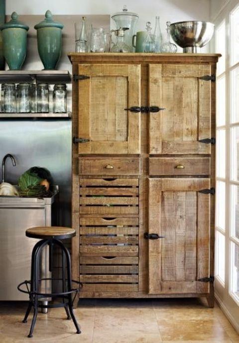 Ersätt några, eller alla köksskåp med ett gammalt vackert vitrinskåp. För vem har sagt att allt i köket nödvändigtvis ska förvaras i moduler från en köksleverantör?