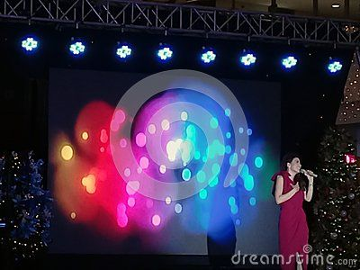 A concert scene in Manila of a female singer. Singing competition or presentation.