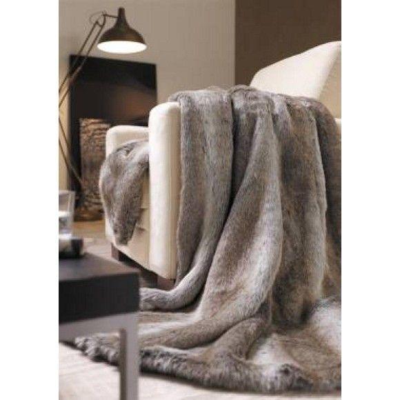 Kuschelweiche Felldecke mit 58 % Baumwolle - gemütlich und chic!Diese flauschige Felldecke (B x L: ca. 140 x 200 cm) hält Sie auch an kalten Wintertagen warm: Machen Sie es sich mit einer Tasse Tee auf Ihrer Couch bequem und kuscheln Sie sich in Ihre neue Decke. Dank 58 % Baumwolle fühlt sich die Felldecke besonders weich auf der Haut an. Ein optisches Highlight: Die Oberfläche im Pelzlook macht das Textil zugleich zu einem tollen Wohnaccessoire. Mit dieser Decke starten Sie gut in den…