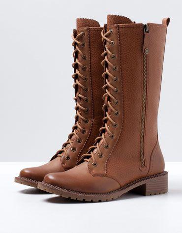 http://www.bershka.com/pt/pt/sapatos/sapatos/bershka/bota-rasa-bsk-com-cordões-c1133011p4685511c105.html - Botas altas camel - Bershka - 50€