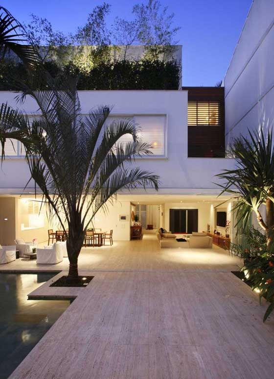 Leblon House by Progetto Architetura & Interiores is a luxurious villa located in Rio de Janeiro, Brazil.