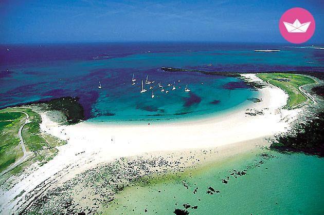 A environ 10 milles marins au Sud de Fouesnant, les îles Glénan sont surnommées les caraïbes bretonnes avec ses eaux émeraude transparente qui contrastent avec ses plages de sables blancs. Cet archipel est composé de 9 îles principales (parmi lesquelles, l'île aux Moutons, l'île de Saint-Nicolas, l'île de Bananec, celle de Penfret…) et d'une multitude de petits îlots.
