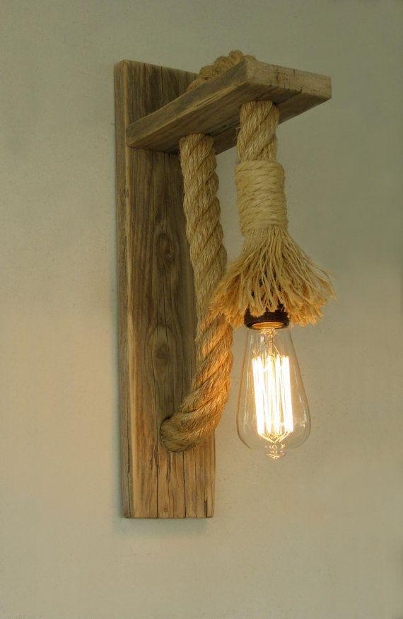 Una combinación que viene de los viejos tiempos. Fin de lámparas de pared de madera reciclada con cuerda. Este matrimonio de materiales crea en el espacio dulce nostálgica y cálida atmósfera.  Es para la instalación de una fuente de energía que existe en la pared, pero si te deseo que puede conseguir enchufado y encendido apagado del interruptor, basta con ponerse en contacto conmigo.  Casquillo E27 (E26 de Estados Unidos) Bulbo que se muestra no está incluido. Aceptar cualquier lámpara…