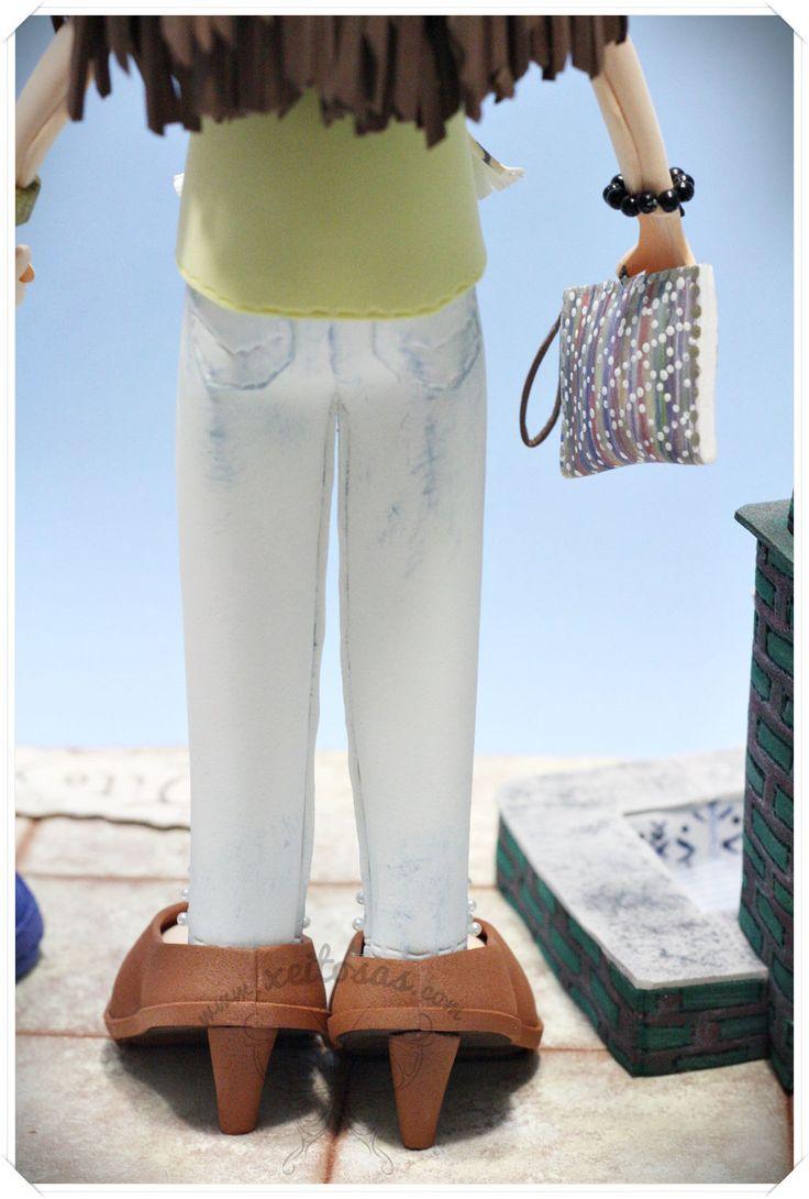 Fofuchas novios con peana decorada con fuente y plantas en goma eva. Todos los detalles y la ropa son personalizados en goma eva y pintados a mano.  www.xeitosas.com