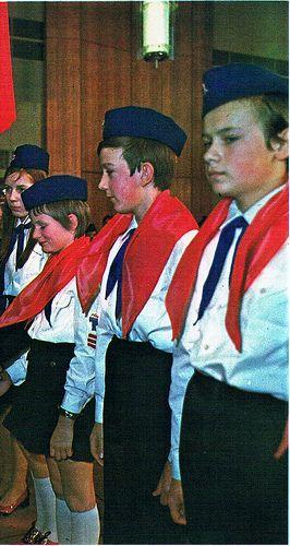 DDR Pioniere erhalten das rote Halstuch ---- Young pioneers receiving the red neckerchief