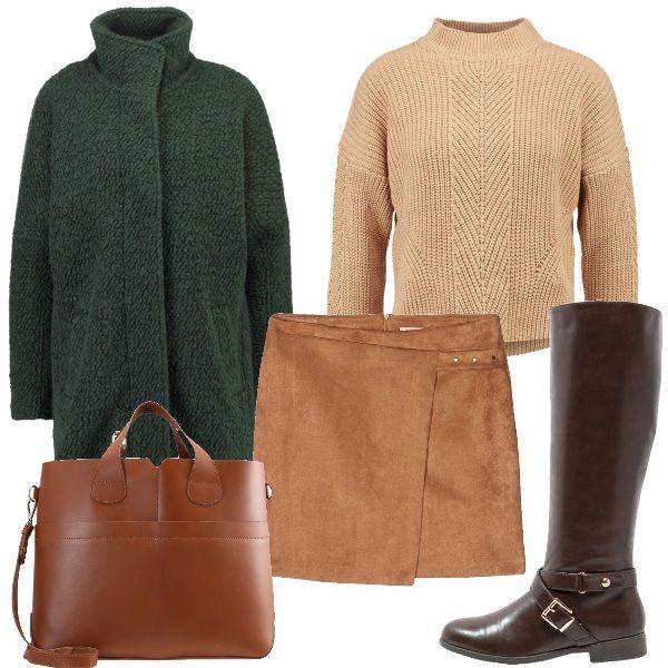 In questo outfit si parte dal beige chiaro della gonna e del maglioncino per passare poi alla borsa color cognac e agli stivali marroni. Sopra a tutto, per rompere la monotonia, un cappotto verde.