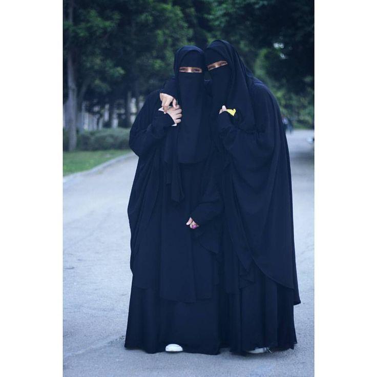 """Посланник Аллаха (мир ему и благословение Аллаха) сказал: «Человек, заботившийся о двух девочках до тех пор, пока они не повзрослели, в День Воскрешения окажется столь же близким ко мне, как и два этих», — и, сказав это, он соединил между собой свои пальцы"""". Муслим 2631. Ибн Батталь сказал: """"Тому, кто услышит этот хадис, следует поступать в соответствии с ним, чтобы быть спутником пророка (мир ему и благословение Аллаха) в Раю. Ведь нет лучшей степени в будущей жизни, чем эта!"""" См. """"Фа..."""
