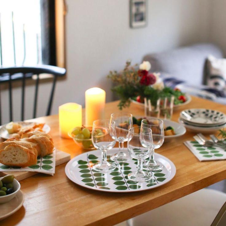 \みんなが集まる食卓に/ 親しみやすい形の脚付きグラスが再入荷しました! 北欧の憧れのデザインである、スティグ・リンドベリの葉っぱモチーフのトレーやペーパーナプキンも揃いましたよ。 家族や親戚、友人と、おもてなしが楽しくなる食卓に仕上げませんか♪ ▶商品はプロフィールからご覧ください! ・ #北欧暮らしの道具店 #クリスマス #北欧 #暮らし #おもてなし #キッチン #スティグリンドベリ