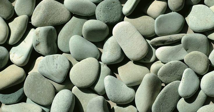 Cómo taladrar vidrio de mar y piedras de playa. Encontrar una piedra hermosa o una pieza perfecta de vidrio marino, forjada y lisa por años de rodar en la arena y las olas, es como encontrar un pequeño tesoro. Una colección de vidrio marino se ve linda en un jarrón en el marco de la ventana, pero si quieres convertirla en joyería o en una decoración para el hogar, probablemente tendrás que ...