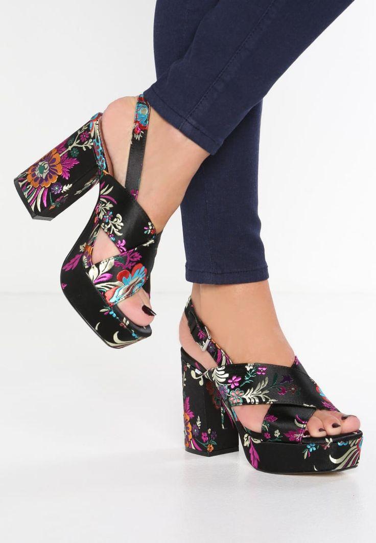 La stampa floreale su fondo nero ha conquistato anche le scarpe. Così i sandali con zeppa e plateau, perfetti con i jeans ma anche con un vestito lungo estivo, diventano ancora più alla moda grazie alla fantasia più in voga del momento. Scopri di più su Listupp.