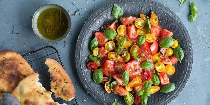 Oppskrift på fargerik tomatsalat med italiensk flatbrød.