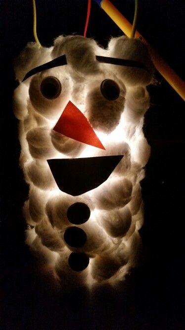 Lampion voor Sint Maarten 11 november. Lampion van Olaf van Frozen. Gemaakt van een afgeknipte petfles en wattenbollen.