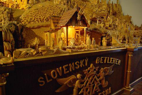 Usos y costumbres eslovacos de Navidad: ir a la iglesia, cortar las manzanas por suerte, esconder las monedas debajo de mantel, comer el pan con ajo con los ojos cerrados, ver unos cuentos de hadas