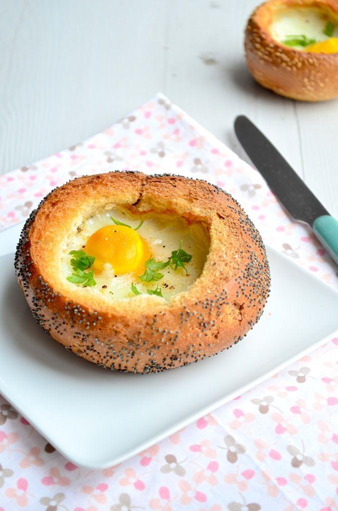 Broodje ei uit de oven: 1 afbakbroodje - 1 ei - peper en zout - groente, kaas, spekjes, enz.