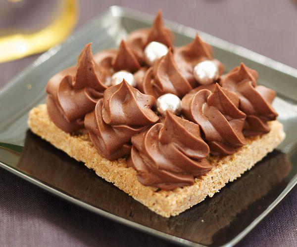 Voici une recette très gourmande : celle du gâteau croustillant aux deux chocolats. Un excellent dessert pour une fête ou une réception.