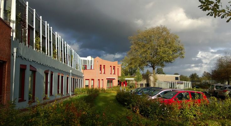 """Het nieuwe gebouw """"Nijlandsborg"""" van de GGZ Drenthe te Assen, van Ballieux Organic Architects. Marius Ballieux is een geestverwant in het organisch bouwen van architect Ton Alberts (1927-1999), zeer bekend van het hoofdkantoor van de NMB/ING bank in Amsterdam, van het hoofdkantoor van de Gasunie in Groningen en van het Museum de Buitenplaats in Eelde."""