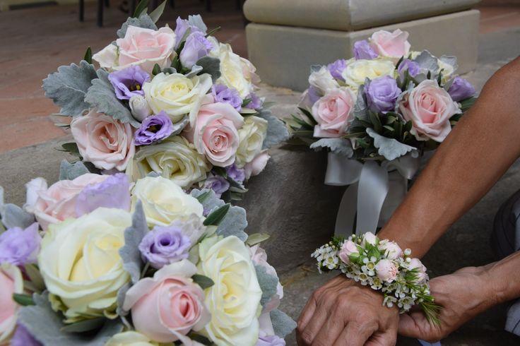 Bouquet damigelle e corsage dai toni pastello per un matrimonio elegante. Emme 2 fiori
