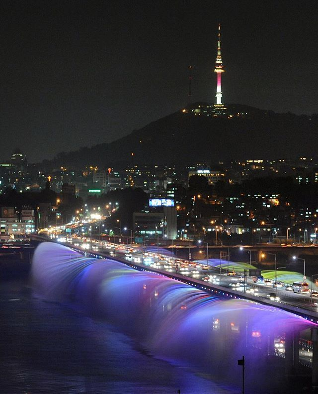 The world's longest bridge fountain, Seoul's Banpo Moonlight Rainbow Fountain employs 10,000 LEDs and 380 water jets that run along both edges of the 1,140-meter (370 feet) bridge.