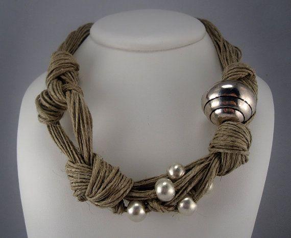 Collar lino  nudos bolas metalicas plateadas color mate hecho a mano estilo Mediterraneo verano natural