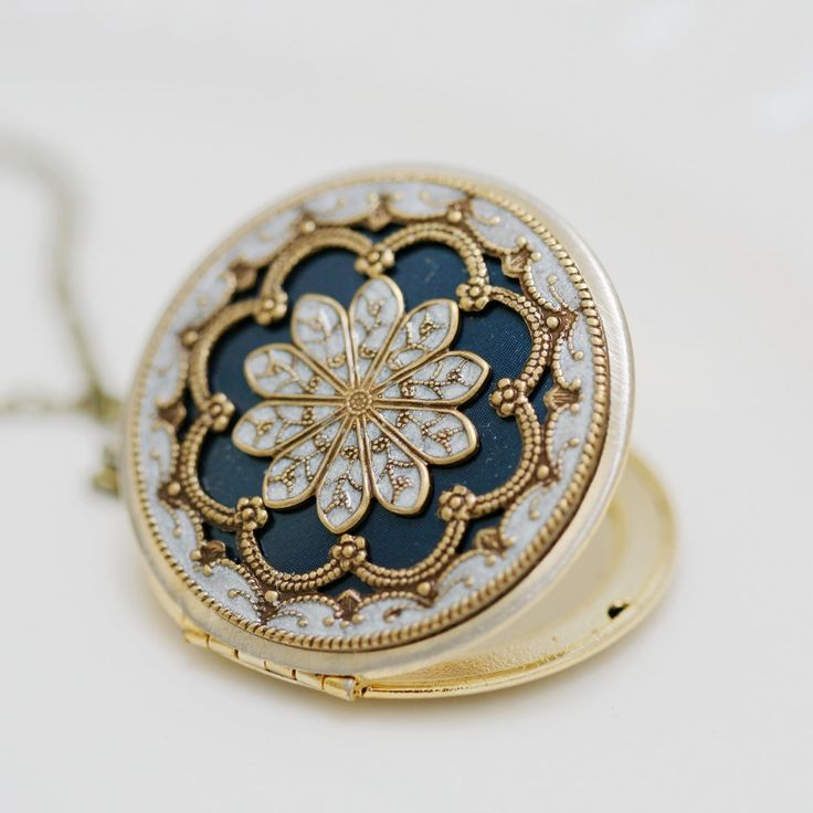 beautiful locket. I like the ones with really long chains...
