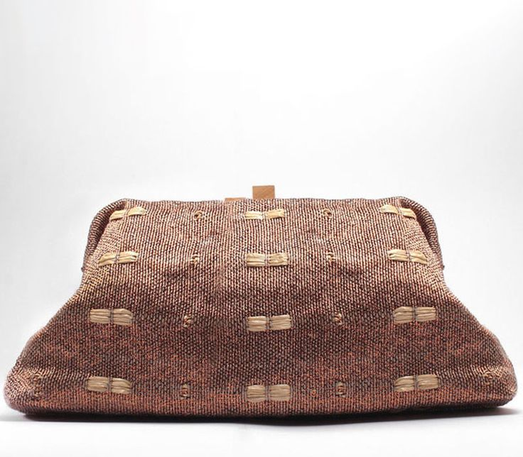 Woody. Ladies clutch in handwoven fabric. 80% linen, 20% poly, wood closure.Charlotte Bronze.