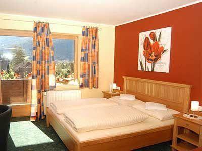 dormitorio-pintado-de-color-naranja-y-crema3