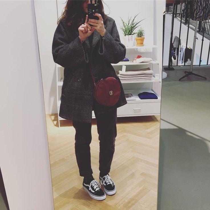 📸 @andotherstories #ootd #style #mode #mode #fashion #fashionblogger #blogger #blogbordeaux #vansoldskool #vans #black #winteriscoming #vintage #bag #bluemadone #brunette #girl #cool #friday #weekend #love #picoftheday #photooftheday #instagood #vsco #igers #igersfrance #bordeauxmaville #bordeaux #france