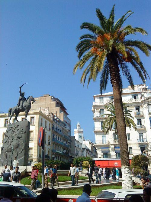 Place de l'Emir Abdelkader, Alger La municipalité d'Alger-Centre a été créée en vertu du décret du 19 Fèvrier 1977, elle est une commune de la wilaya d'ALGER ratachéese administrativement à la daira de Sidi M'Hamed.