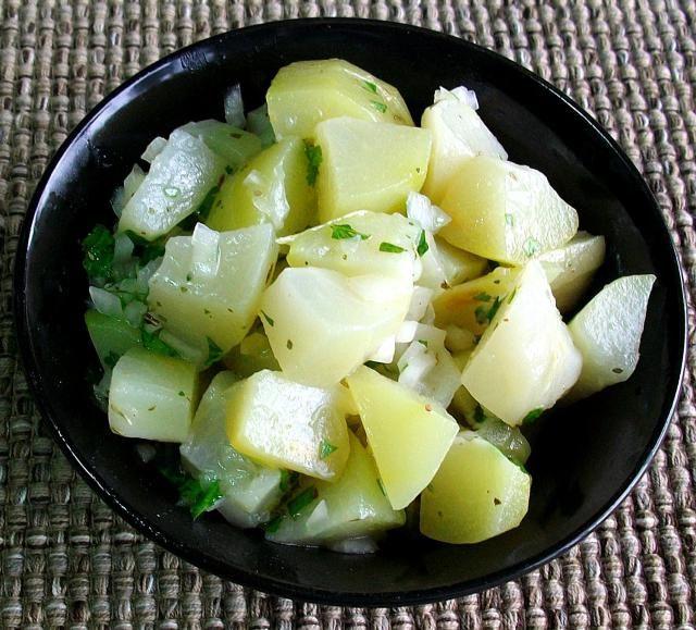 El chayote, la cebolla, el orégano y el cilantro se juntan en esta fresca ensalada que despertará tus papilas gustativas.