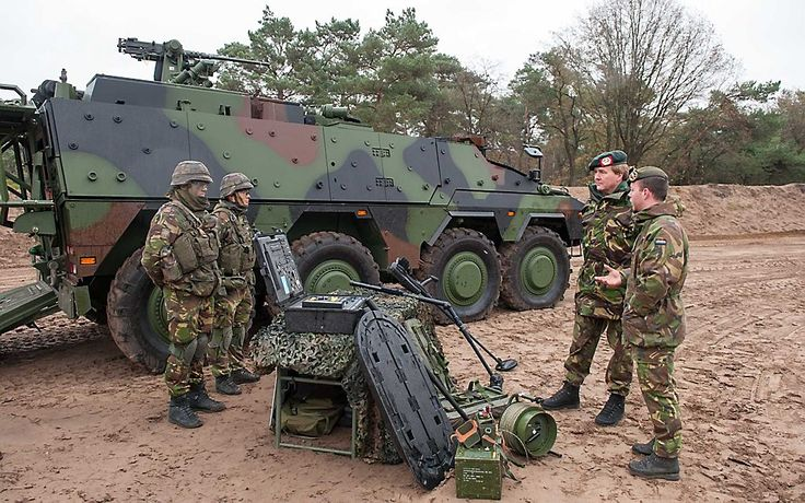 OIRSCHOT. Koning Willem-Alexander bezocht dinsdag dag 13 Lichte Brigade van de Koninklijke Landmacht in Oirschot. Hij trad daarmee in de voetsporen van zijn...