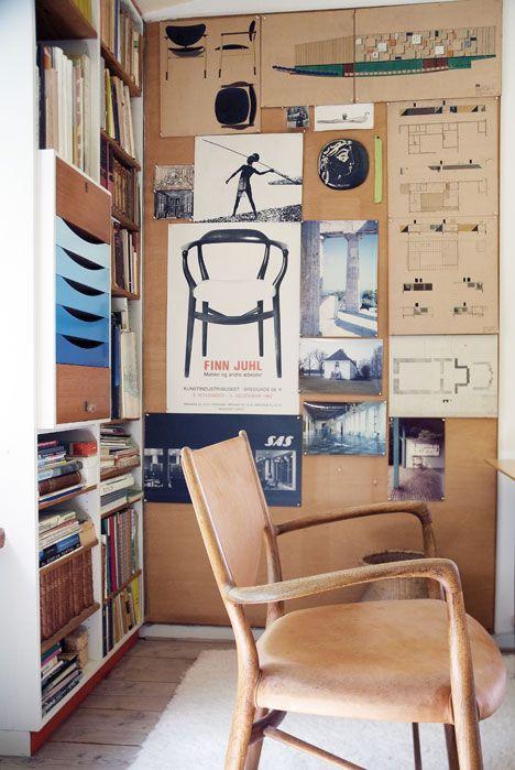 Karmstolen FJ 46 med lädersits står i Juhls arbetshörna i vardagsrummet. Skisser, annonser och affischer hänger på väggen. Till vänster syns förvaringssystemet ritat 1961, med bland annat olikfärgade lådfronter, tänkt både som fristående möbel och som inkorporerad i hyllan.
