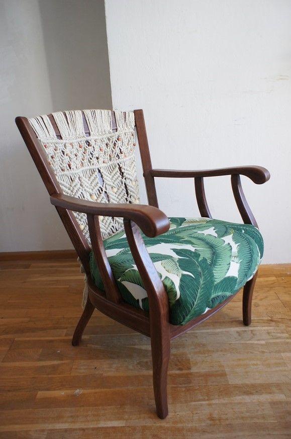 Stoel met tropische jungle bananenblad print stof van Tommy Bahama en macramé. Upcycled vintage chair with Tommy Bahama banana leaf print upholstery and macramé.