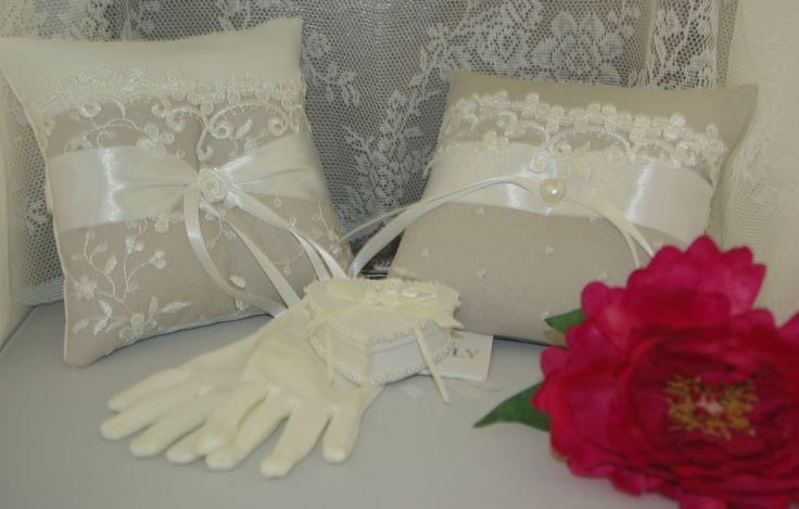 Mooie ringenkussentjes met luxe bruidskant en een schattig ringendoosje. De kussentjes kunnen ook in een andere kleur gemaakt worden ( bijvoorbeeld met een roze satijn en ivoorkleurig kant) Deze kussentjes zijn 34,95. Het ringendoosje is 17,00. bruidskindermode.nl. Trouwen, bruiloft, huwelijk, bruidskinderen, ringenkussentjes