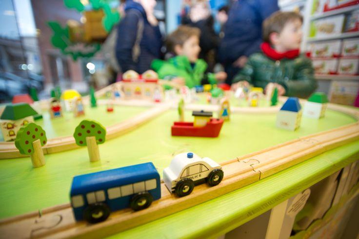 ... e quanto da bimbi abbiamo viaggiato! Pista dei trenini giocattolo in legno. Scopri le nostre diverse piste dei trenini e i 43 differenti accessori per ampiarle su http://www.giochiecologici.it/c/29/trenini-in-legno