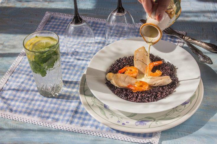 Черный рис под соусом кари с индейкой и королевскими креветками