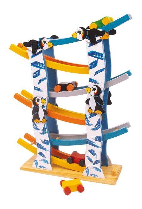 """Over 6 niveaus lopen 4 kleurige houten wagens pijlsnel naar beneden en fascineren hiermee kinderhanden en -ogen! De vrolijke pinguïns en het """"ijzige"""" design brengen een vurige ijver in het spel.    Afmetingen: 8 x 35 x 27 cm  Leeftijd: 3+   - Base Toys Houten  knikkerbaan Pinguïn"""