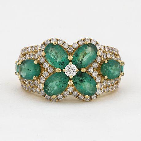 RING, med smaragder circa 2.60 ct samt briljantslipade diamanter cirka 0.85 ct.
