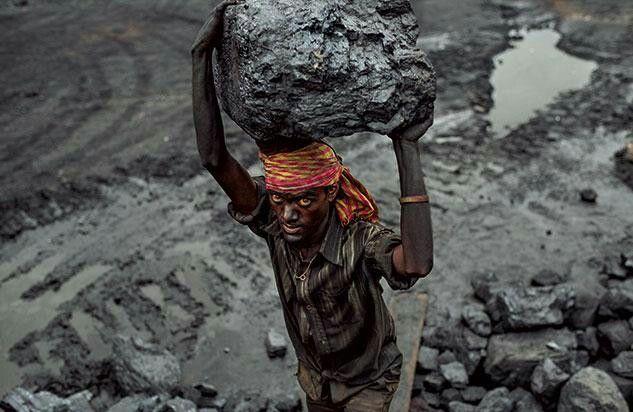 》Schufterei in den Minen: Der Bergmann Ajay Marijan schleppt einen Brocken Kohle aus einem Tagebau im indischen Bundesstaat Jharkhand, einer Hochburg der Aufständischen (Bild: Lynsey Addario).《