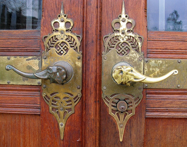 elephants handles: Doors Hardware, The Doors, Elephants Knobs, Design Ideas, Doors Knobs, Front Doors, Doors Handleseleph, Elephants Doors, Design Home