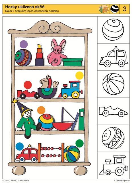 Mooi en netjes kast. Het vergelijken van de vormen en ontwerpen speelgoed