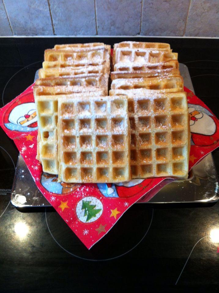 Brusselse wafels, recept van Soezie.  Heerlijk met warme kersen en slagroom.