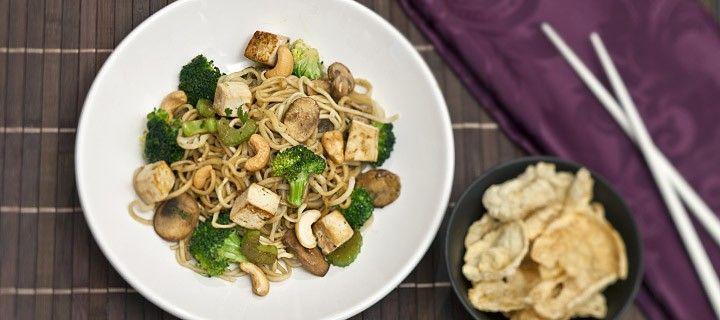Vegatarisch en gezond recept van noedels met tofu en broccoli