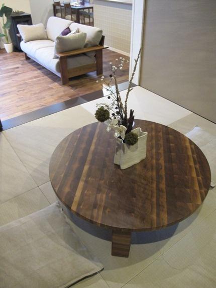 和のしつらえ!ウォールナット材の小口面を接ぎ合わせたローテーブルがおしゃれな和室空間