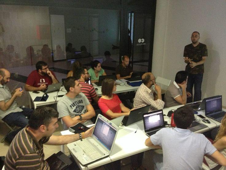 Gente que piensa. Taller Hootsuite en el Espacio de Coworking Colaborando. Alcalá de Guadaíra. Mayo 2014. Atención completa