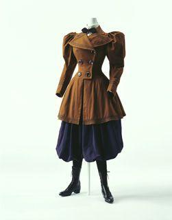 Chaqueta y Bloomers Columbia c. 1895 - Estados Unidos. Bloomers de popelina de lana azul con elástico en el dobladillo (traje para ir en bicicleta); chaqueta a medida, cruzado de sarga de lana marrón, recorte de malla negro en el cuello y el dobladillo.