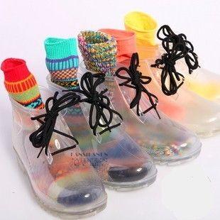 Необычные прозрачные резиновые сапоги, в комплект входят яркие носки, обувь завязывается на шнуровку.