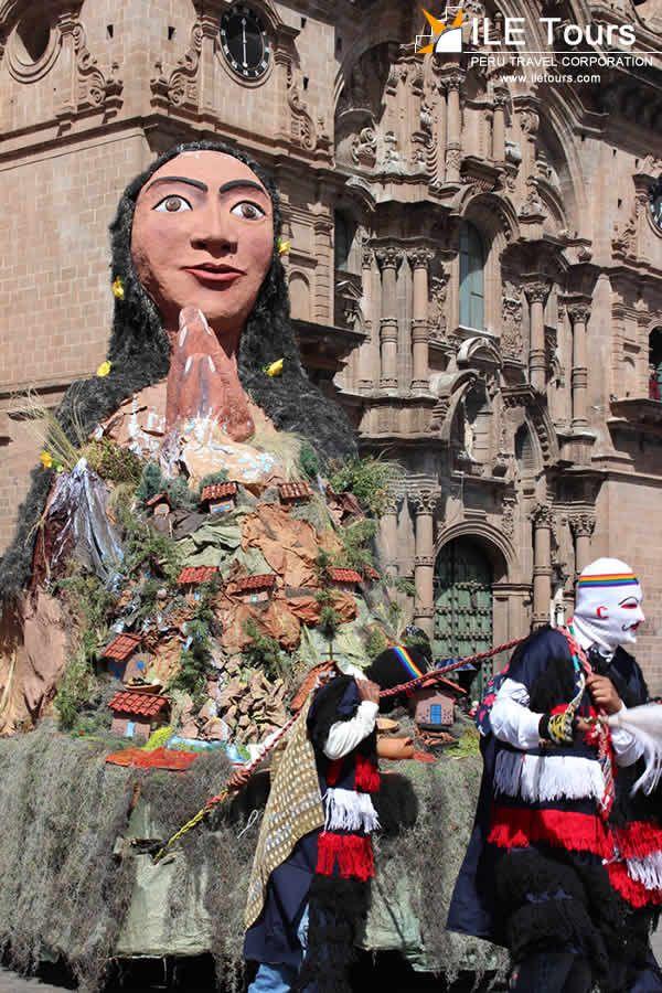 Carros alegóricos diseñados por los estudiantes de Bellas Artes Cusco.